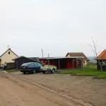 Blick auf Haus und Sanitärräume des Zeltplatzes