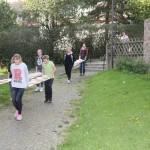 Die Brotlaibe auf dem Weg vom Gemeinde- zum Backhaus.